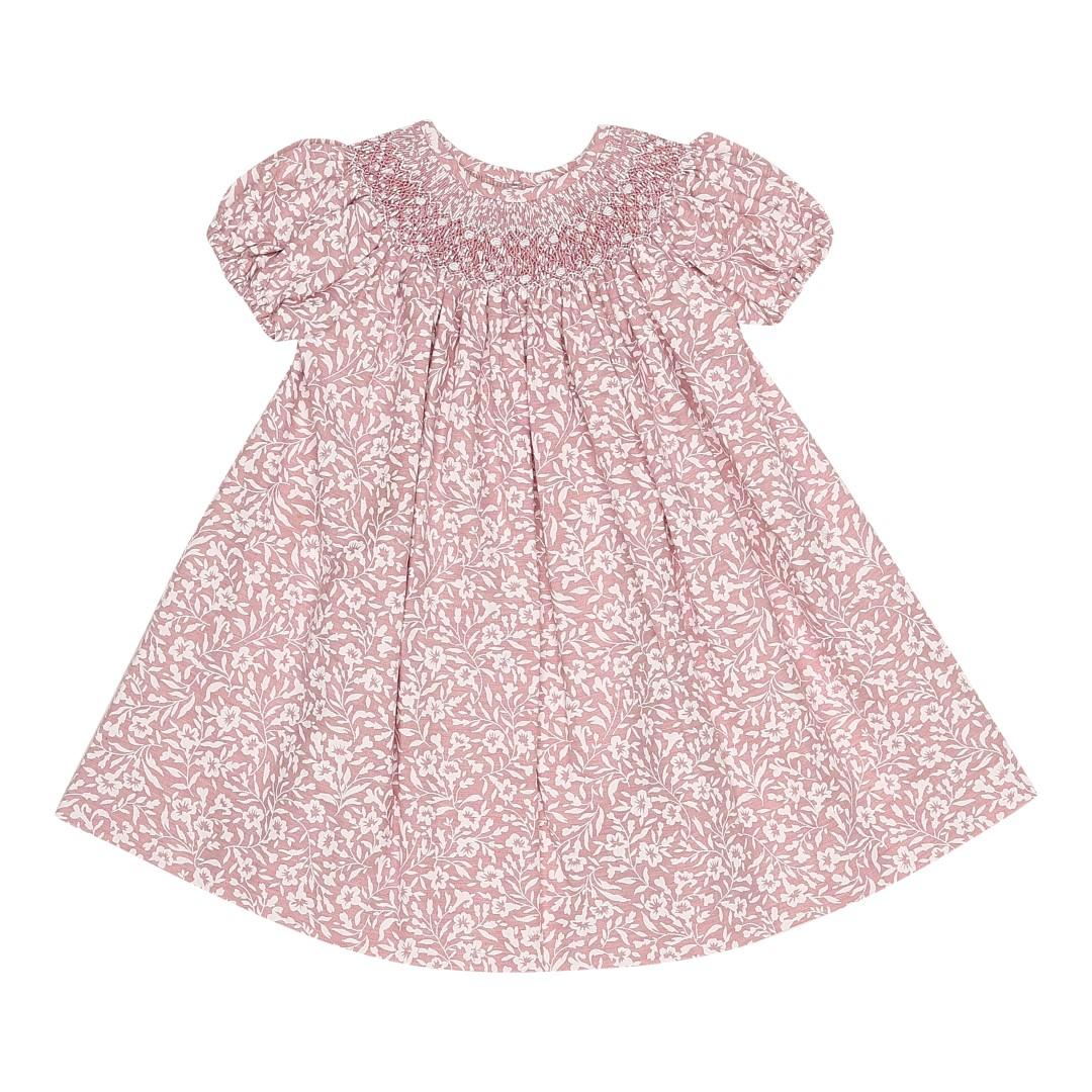 Jesee kjole i blomstret lyserødt bomuldsstof med håndsyet smock krave