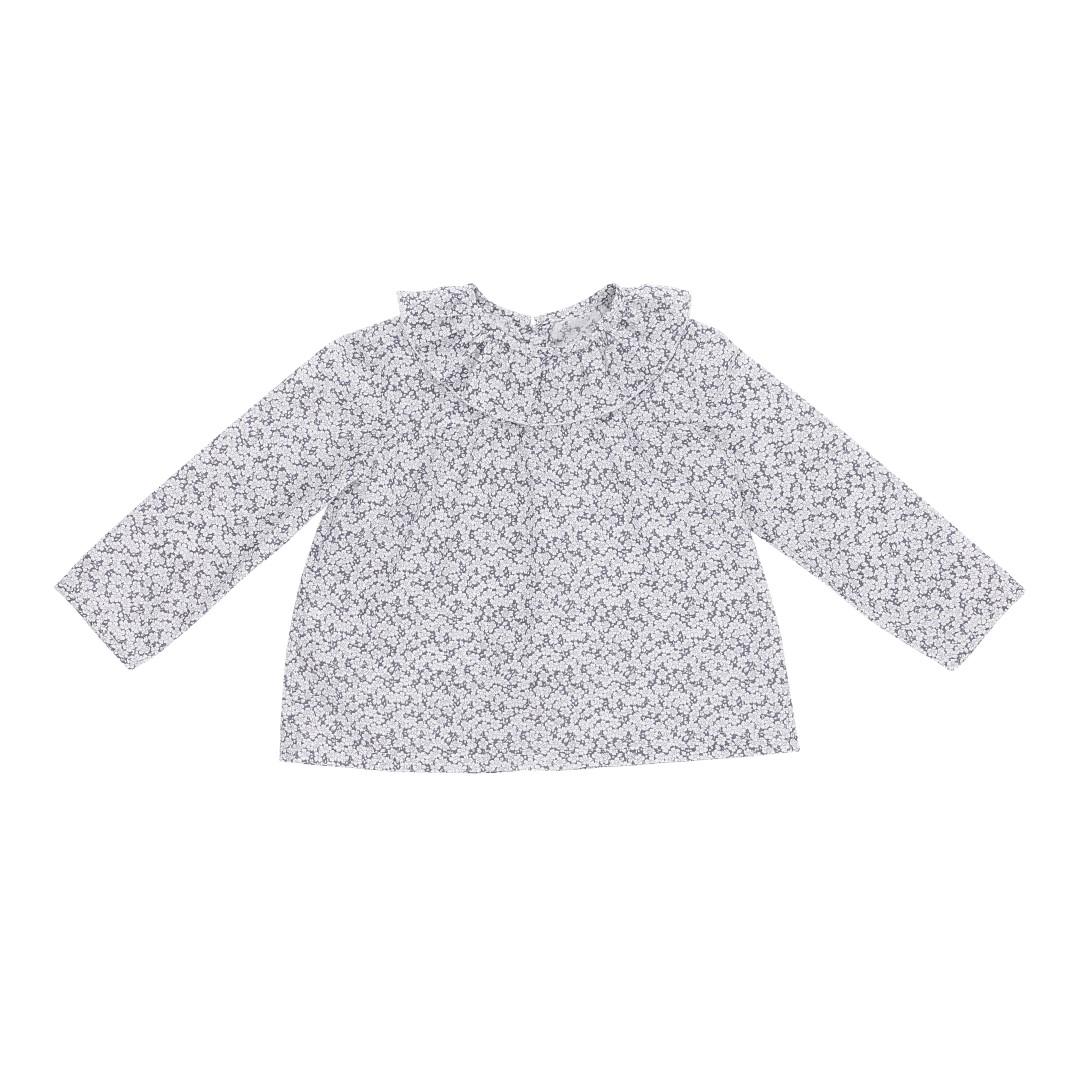 Ofelia bluse i smukt småblomstret grå-hvidt mønster